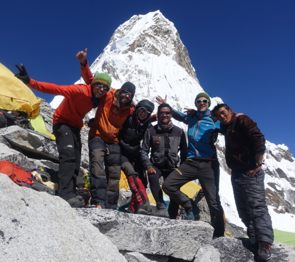 Team of mountaineers infront of Ama Dablam (picture (c) Felix Berg)