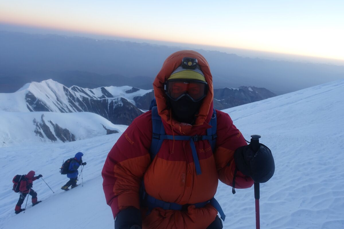 Climber high up on the way to summit Pik Lenin | © SummitClimb
