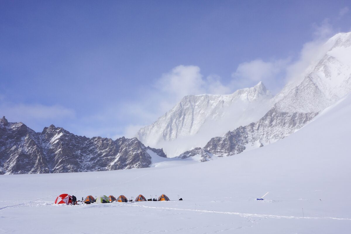 Mount Vinson Low Camp. Der Mount Epperly blickt durch die Wolken. © Dylan Taylor. | © ALE © Dylan Taylor