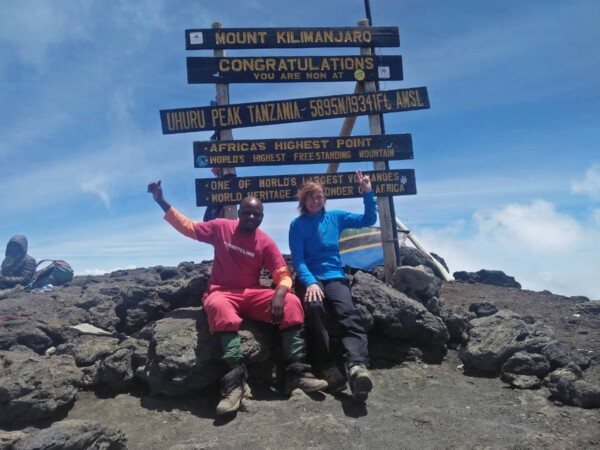Kilimanjaro Summit - Bergsteigerin am Gipfel in 2019 - SummitClimb Trekkingreise