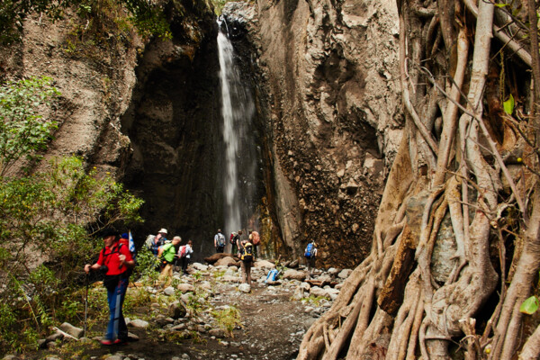 Meru Trekking: team at the waterfall (c) Felix Berg
