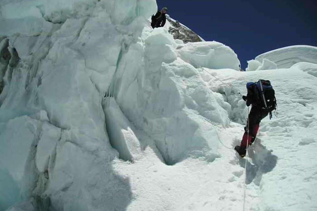 Bergsteiger im Khumbu Ice Fall am Mount Everest (Nepal) | © SummitClimb - Dan Mazur