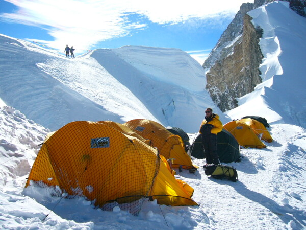 Bergsteiger und Zelte Camp 1 am North Col, Mount Everest (Photo (c) Felix Berg, 2004)