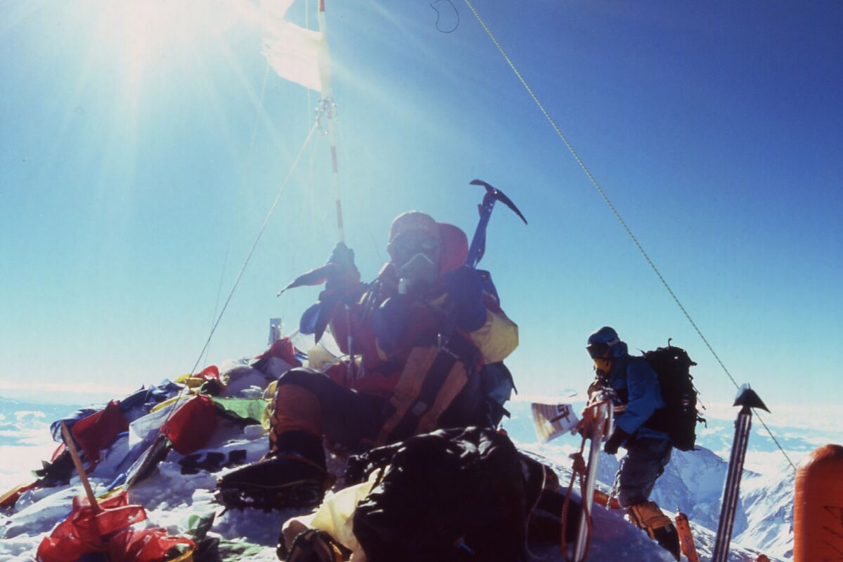 Mountaineers on the summit of Everest, 2004 ascent. | © Mount Everest Expedition 2004 (c) Felix Berg