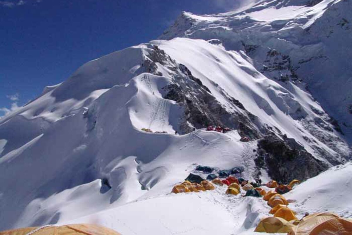 Zelte des 1. Lagers am Cho Oyu - SummitClimb Expedition