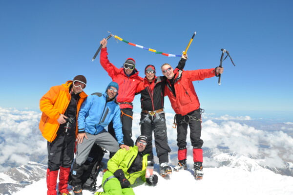 Elbrus: Team on the summit in 2013 with IVBV-mountain-guide Julian Beermann.